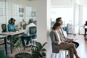 Zeitarbeit bezeichnet knapp gesagt ein Arbeitsverhältnis zwischen zwei Unternehmen und einem Arbeitnehmer